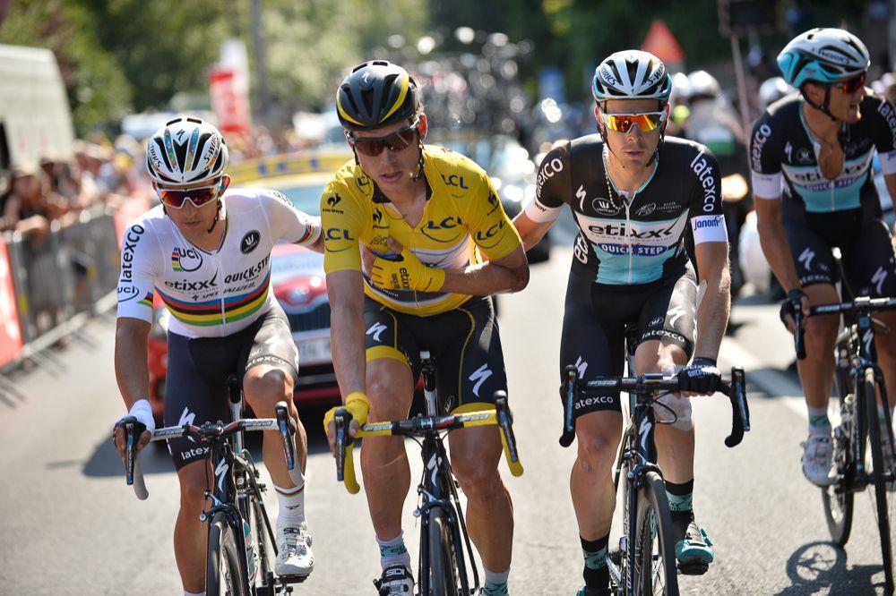 Tour de France 2015 - 09/07/2015 - 6ème Etape - Arras/ Amiens -  Tony MARTIN (EQS) prit dans une chute au 400m, passe la ligne blessé, entouré de ses coéquipiers
