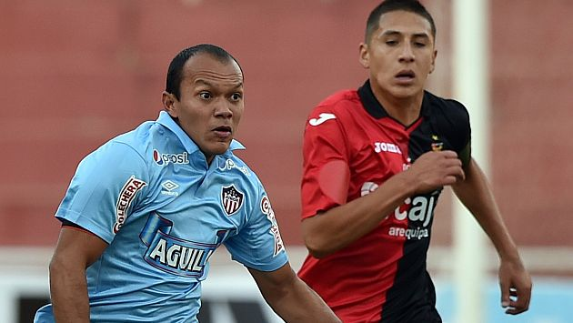 Juan Perez (L) of Junior of Colombia vies for the ball with Jose Chunga of Peru's Melgar, during their Copa Sudamericana match in Arequipa, Peru on August 18, 2015. AFP PHOTO/CRISBOURONCLE