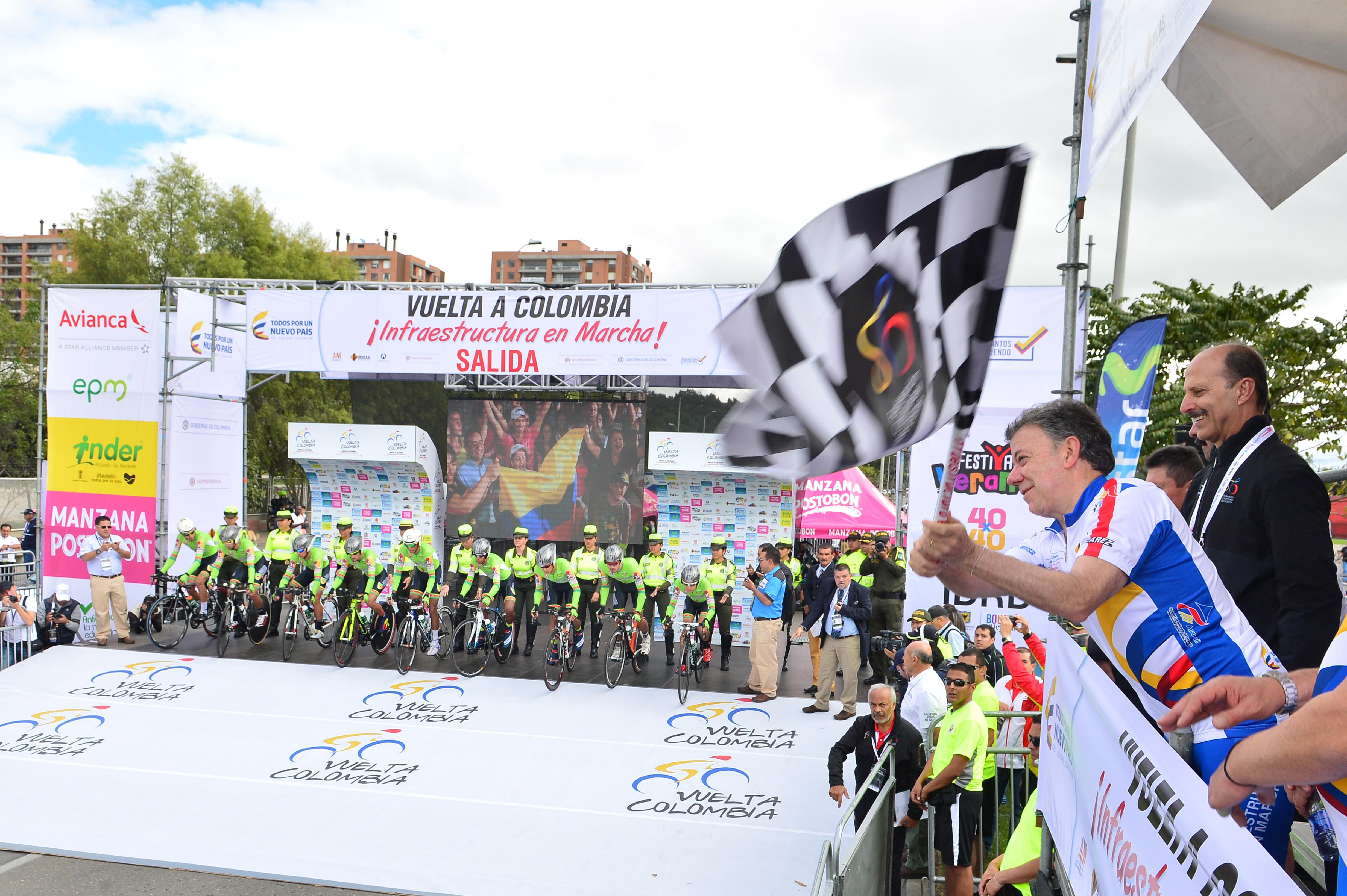 El Jefe del Estado dio la largada a la tradicional Vuelta a Colombia, certamen ciclístico que este año cumple 65 años y que destaca el salto histórico que está dando el país en materia de infraestructura. Foto: Juan Pablo Bello - SIG