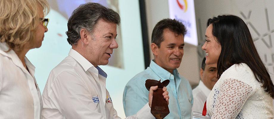 El Presidente Juan Manuel Santos entrega el Premio Nacional de Exportaciones, en la categoría de pequeña empresa de bienes