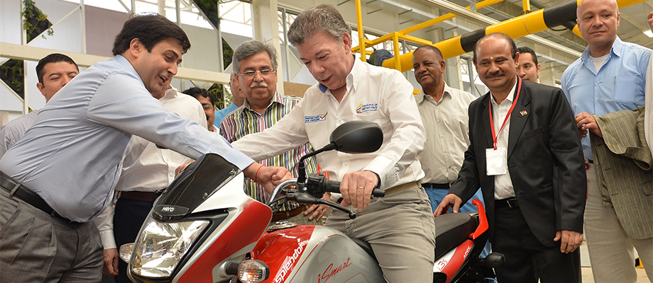 El Presidente Juan Manuel Santos prueba una motocicleta producida en la nueva planta de Hero MotoCorp