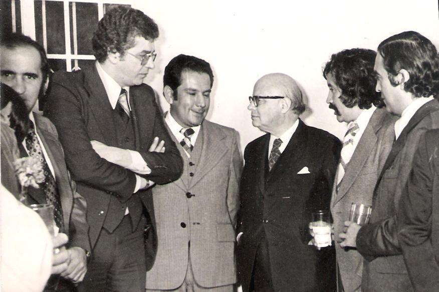 En el centro (izq) Carlos Murcia Cadena y el exPresidente de Colombia, Carlos Lleras Restrepo, rodeado de los periodistas Orlando Cadavid, Juan Darío Lara y Gabriel Gutiérrez