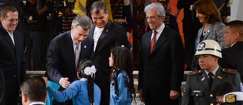 En el Palacio de Carondelet, en Quito, el Presidente Juan Manuel Santos acompañado por sus homólogos de Ecuador, Rafael Correa, y Uruguay, Tabaré Vásquez, saluda a unas escolares ecuatorianas poco antes de iniciar su encuentro con el Jefe del Estado venezolano, Nicolás Maduro. Foto: Efrain Herrera - SIG
