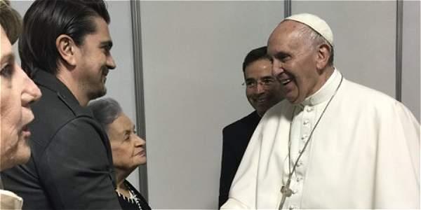 Momento en el que Juanes y su mamá saludan al papa Francisco- Foto: Archivo particular