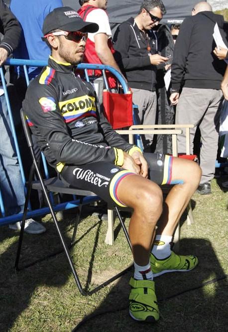 Rodolfo Torres (COL) descansa en línea de meta