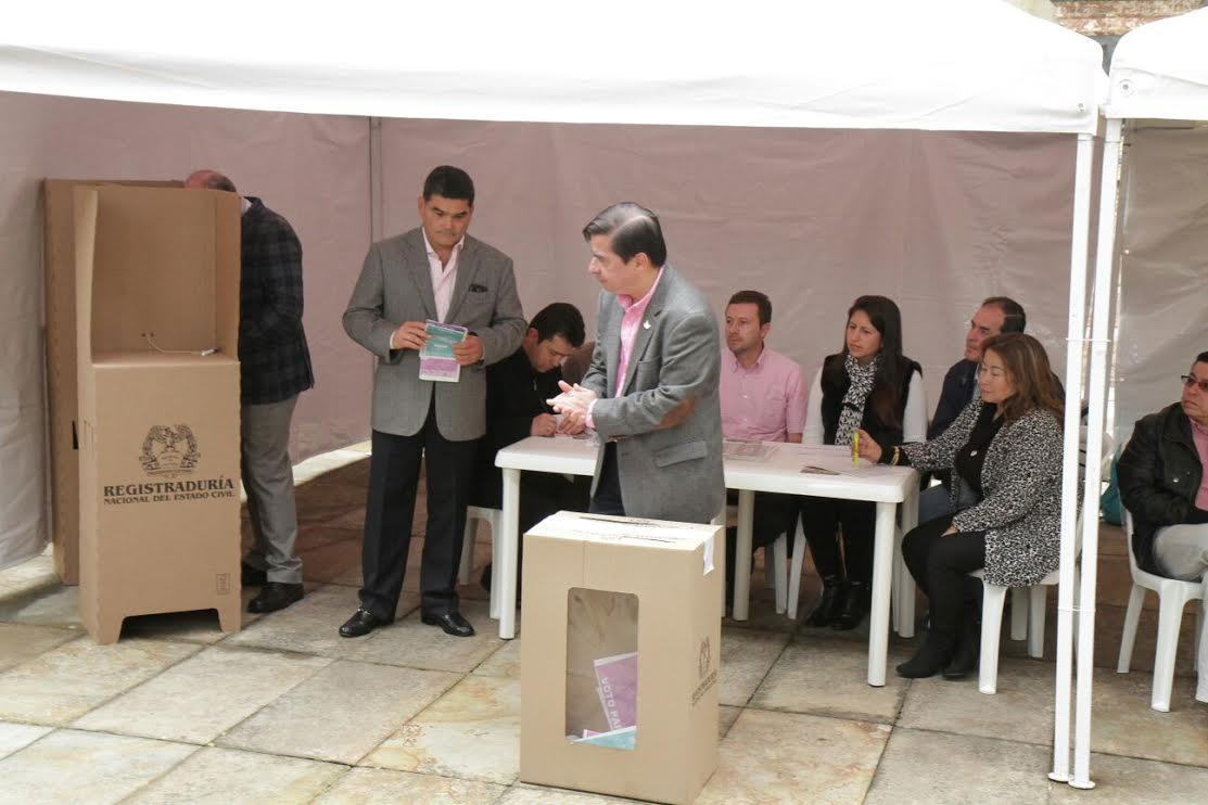 El ministro Juan Fernando Cristo junto con el Presidente Juan Manuel Santos ejercieron su derecho al voto2