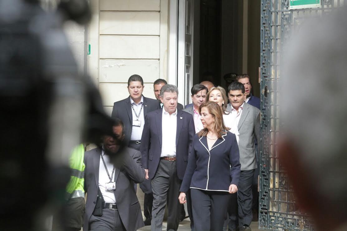 El ministro Juan Fernando Cristo junto con el Presidente Juan Manuel Santos ejercieron su derecho al voto3
