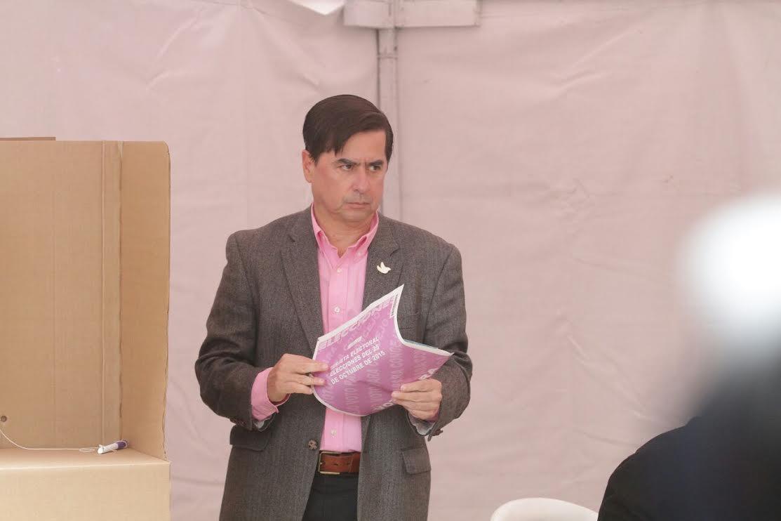 El ministro Juan Fernando Cristo junto con el Presidente Juan Manuel Santos ejercieron su derecho al voto4