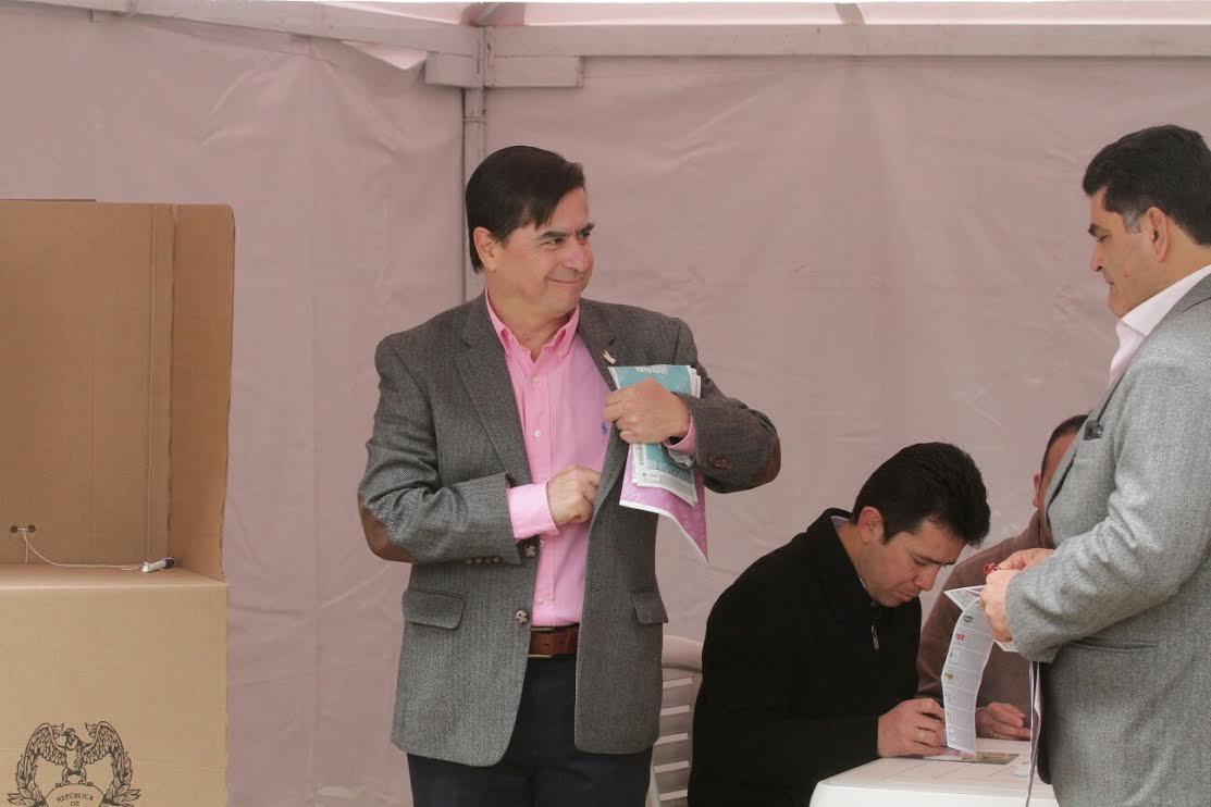 El ministro Juan Fernando Cristo junto con el Presidente Juan Manuel Santos ejercieron su derecho al voto5