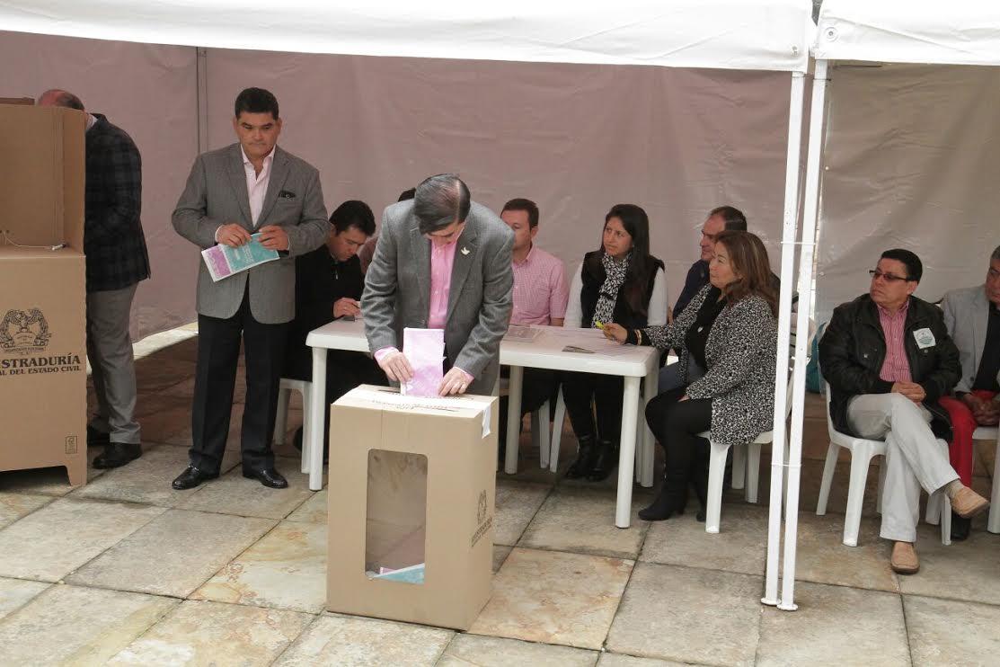 El ministro Juan Fernando Cristo junto con el Presidente Juan Manuel Santos ejercieron su derecho al voto6
