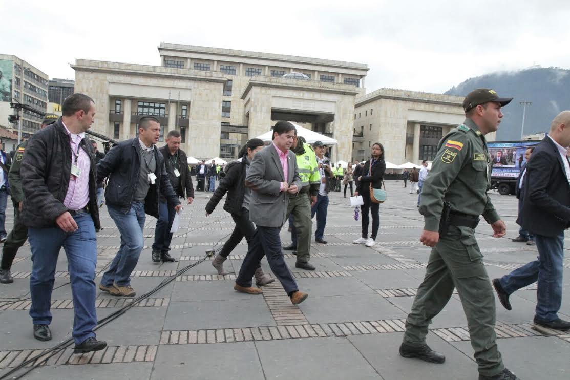 El ministro Juan Fernando Cristo junto con el Presidente Juan Manuel Santos ejercieron su derecho al voto7