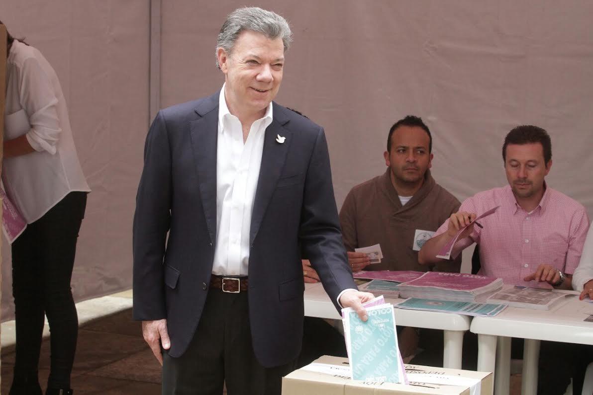El ministro Juan Fernando Cristo junto con el Presidente Juan Manuel Santos ejercieron su derecho al voto8