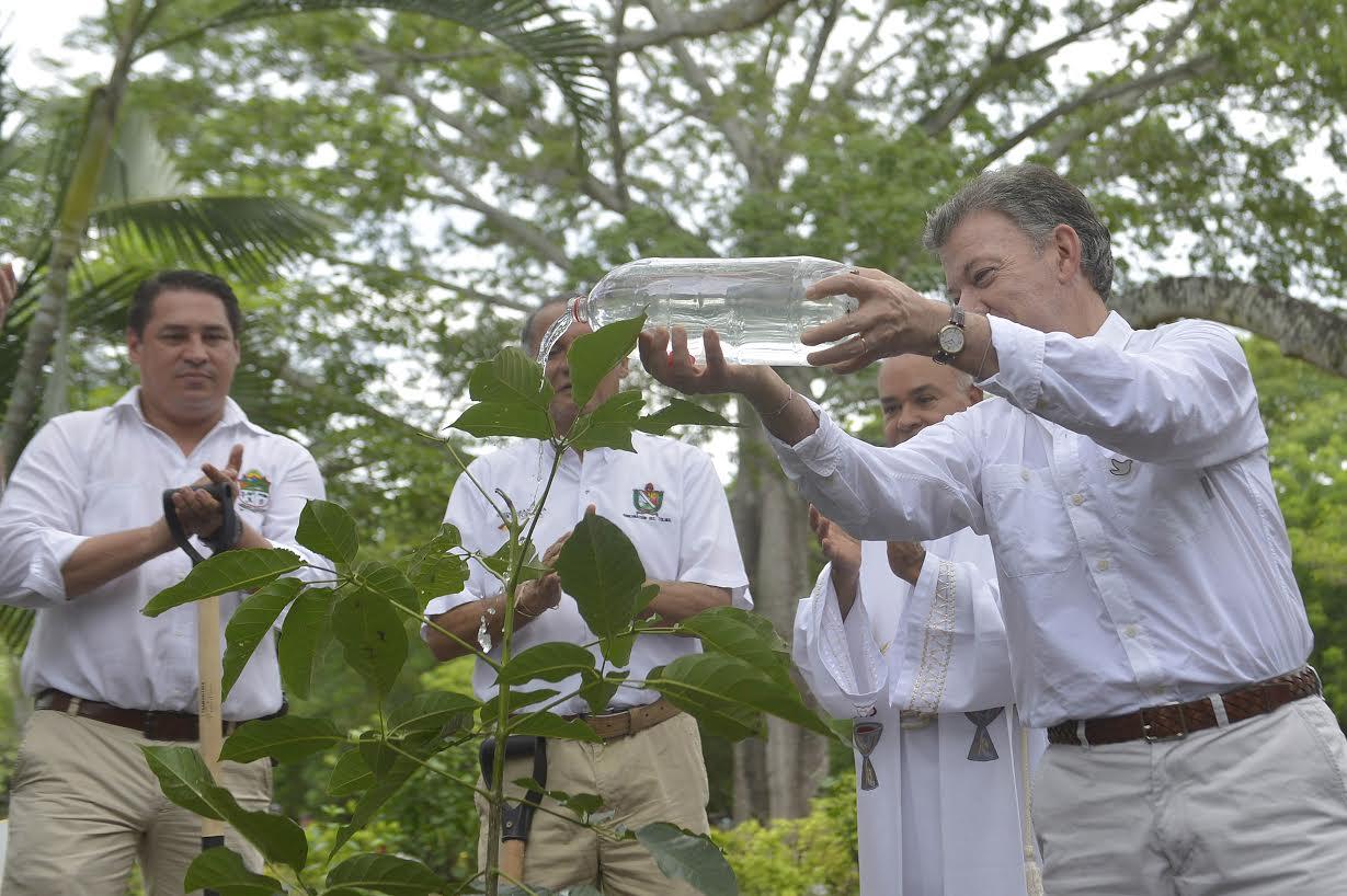 En el Camposanto de Armero, el Presidente Juan Manuel Santos sembró este sábado el Árbol de la Esperanza