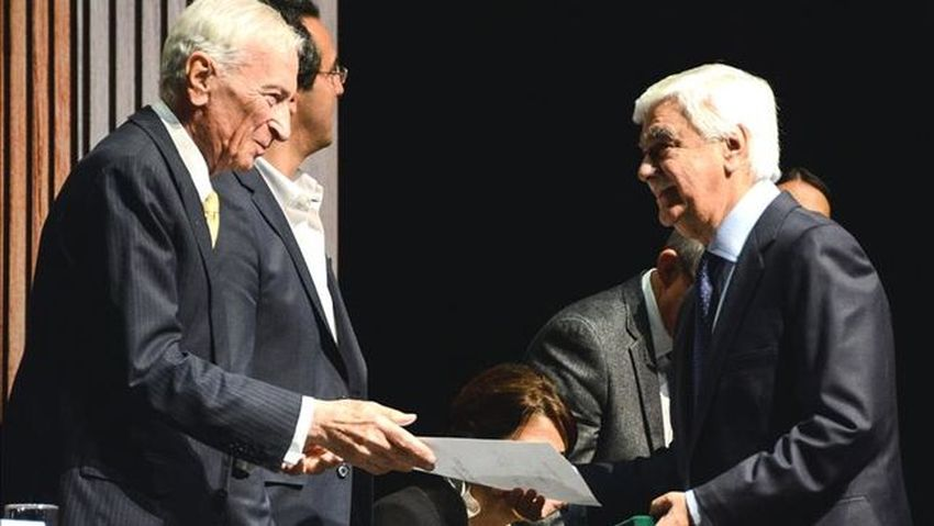 Germán Castro Caycedo recibe el premio Simón Bolívar de periodismo