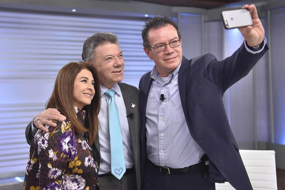Juan Manuel Santos, con el caricaturista Vladdo y Alexandra Montoya (humorista de 'La Luciérnaga'00