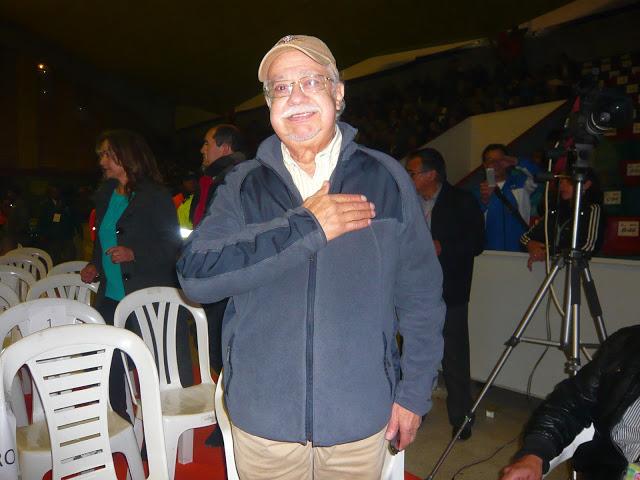 El querido y admirado actor Carlos Muñoz, mano en el pecho, agradeciendo el homenaje que le brindó el público. Foto: La Pluma & La Herida