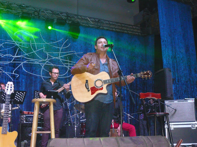 Memorable actuación del duitamense Albeiro Acevedo, telonero del concierto, que se robó los aplausos del respetable. Foto: La Pluma & La Herida