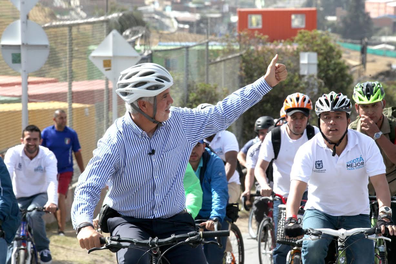 Alcalde Mayor de Bogotá, Enrique Peñalosa, durante recorrido en bicicleta por la localidad de Usme.