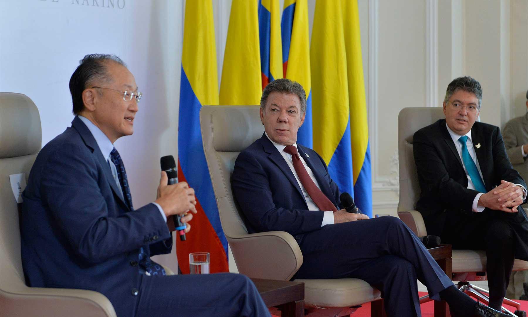 Durante el conversatorio económico realizado este viernes en la Casa de Nariño, el presidente del Banco Mundial, Jim Yong Kim, afirmó que el proceso de paz que se adelanta en Colombia es un ejemplo y un modelo para el mundo.