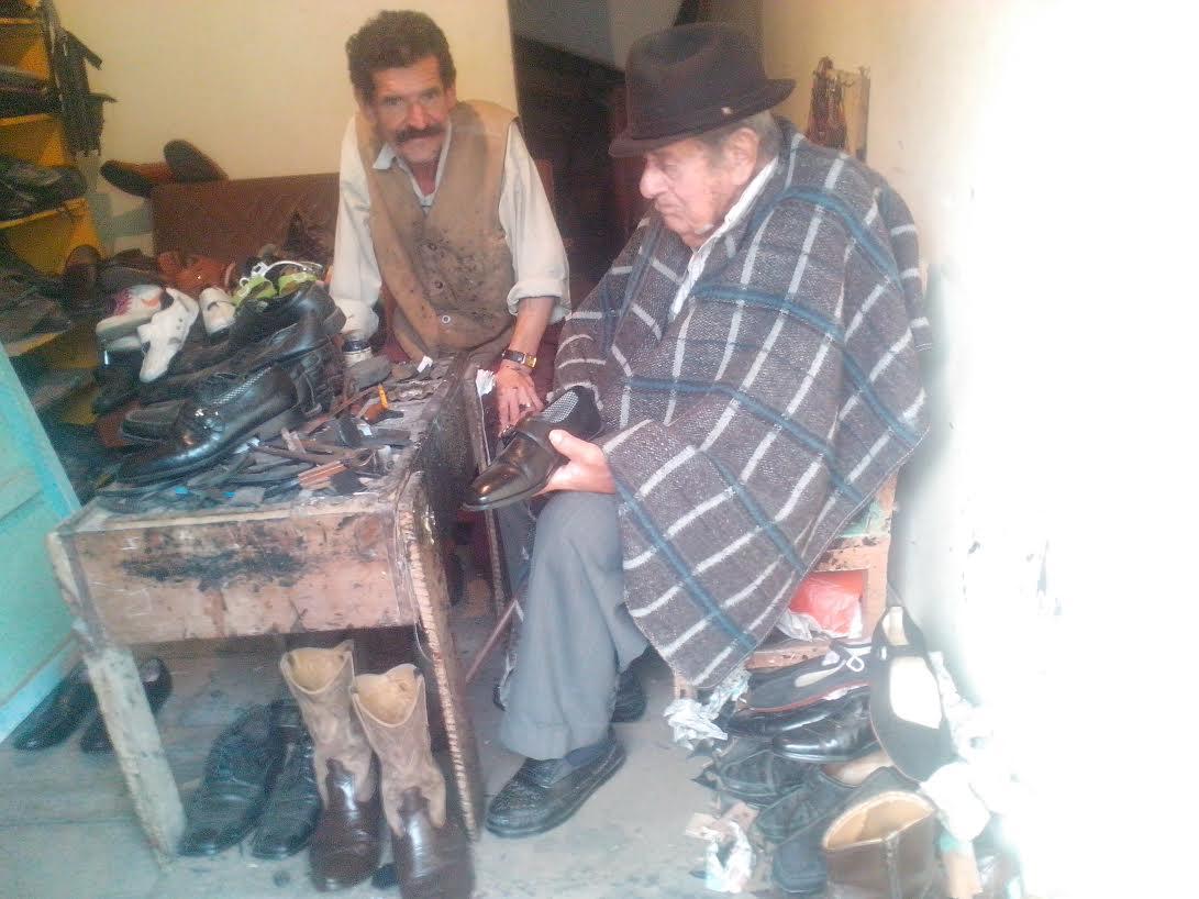 """EUGENIO LONDOÑO """" EL PAJUDO""""en su puesto de zapateria el que ocupo toda su vida"""