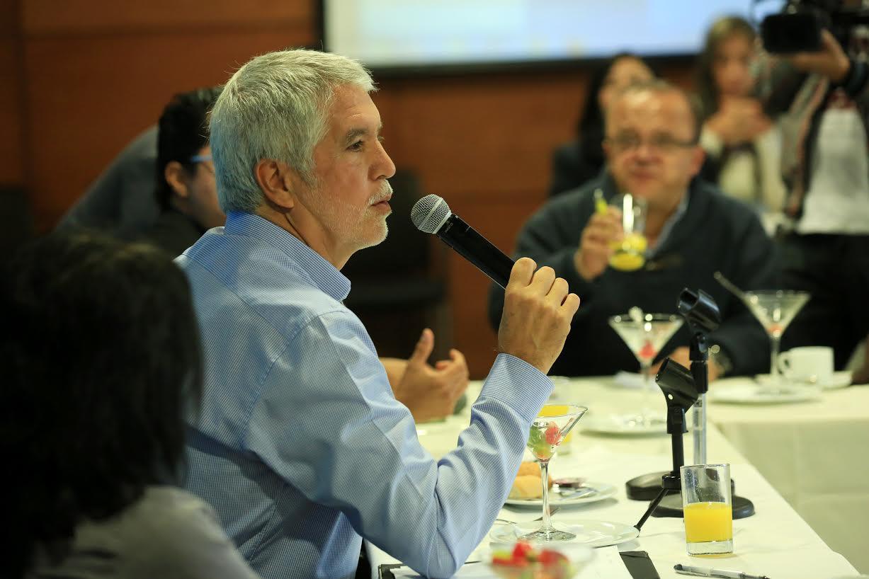 Alcalde Mayor de Bogotá, Enrique Peñalosa, con los periodistas. 9