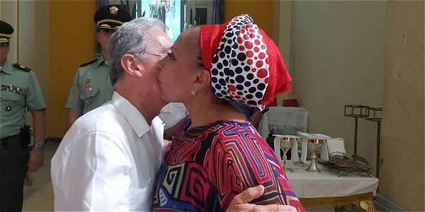 Beso de Uribe a Piedad Cordoba