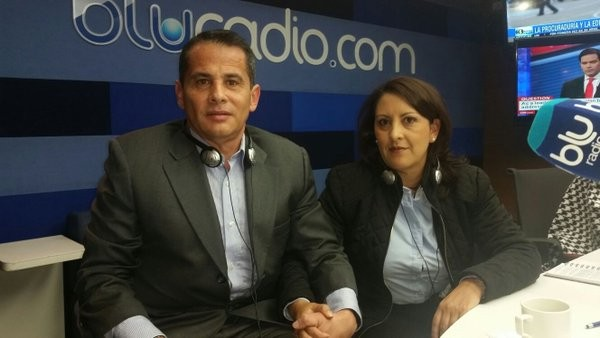 Carlos Ferro y Marcela Pineda, su esposa, con las manos entrelazadas como un par de novios en cine. Foto: elespectador.com