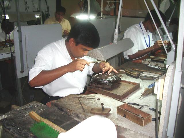 Talladores de piedras preciosas en un taller de joyería de Sri Lanka. Foto: kaiajoyasuruguay.com