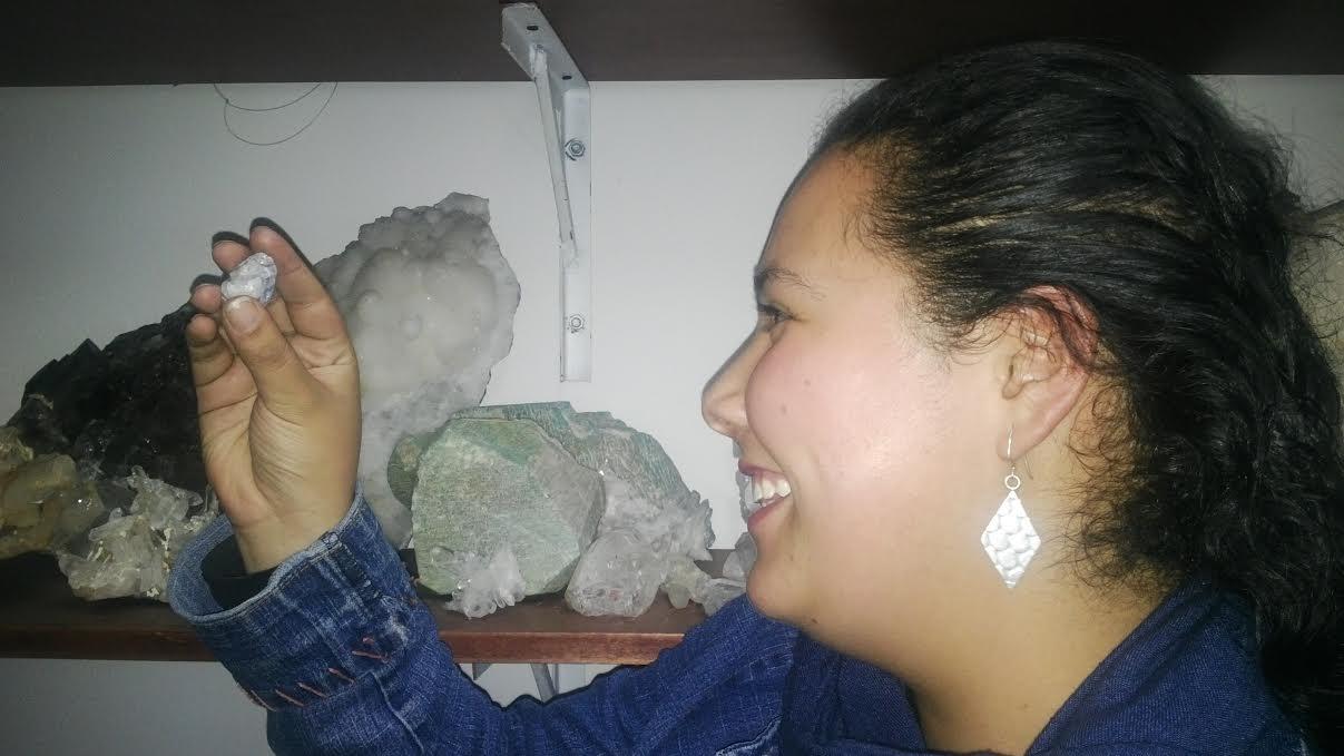 Érika, talentosa joyera y talladora del SENA, embelesada con su lectura de un cuarzo. Foto: La Pluma & La Herida