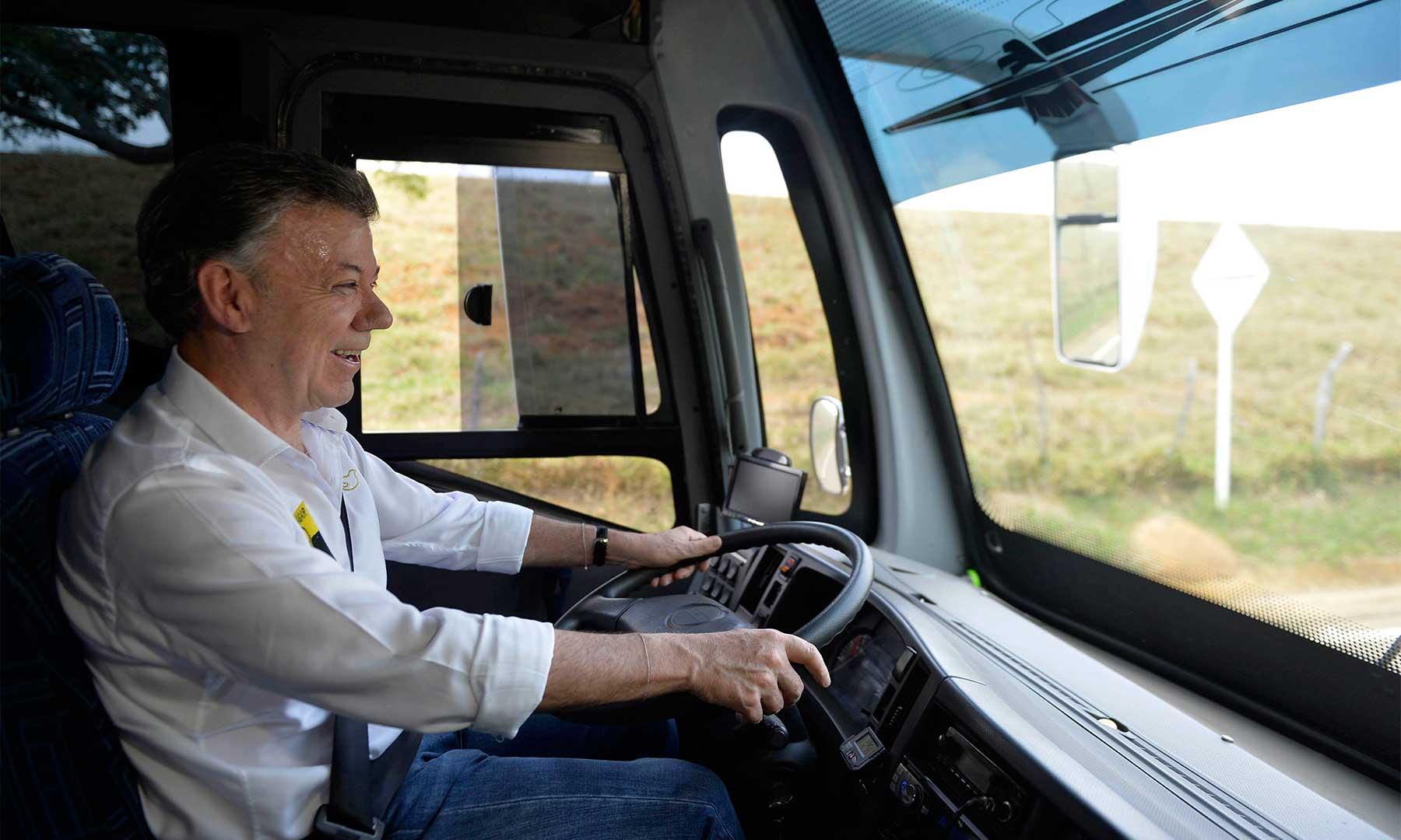 El Presidente Santos llegó este sábado conduciendo el autobús de la comitiva a Barichara, Santander, donde se lanzó el programa de rutas turísticas 'Seguro te va a encantar', promovido por el Ministerio de Comercio, Industria y Turismo.