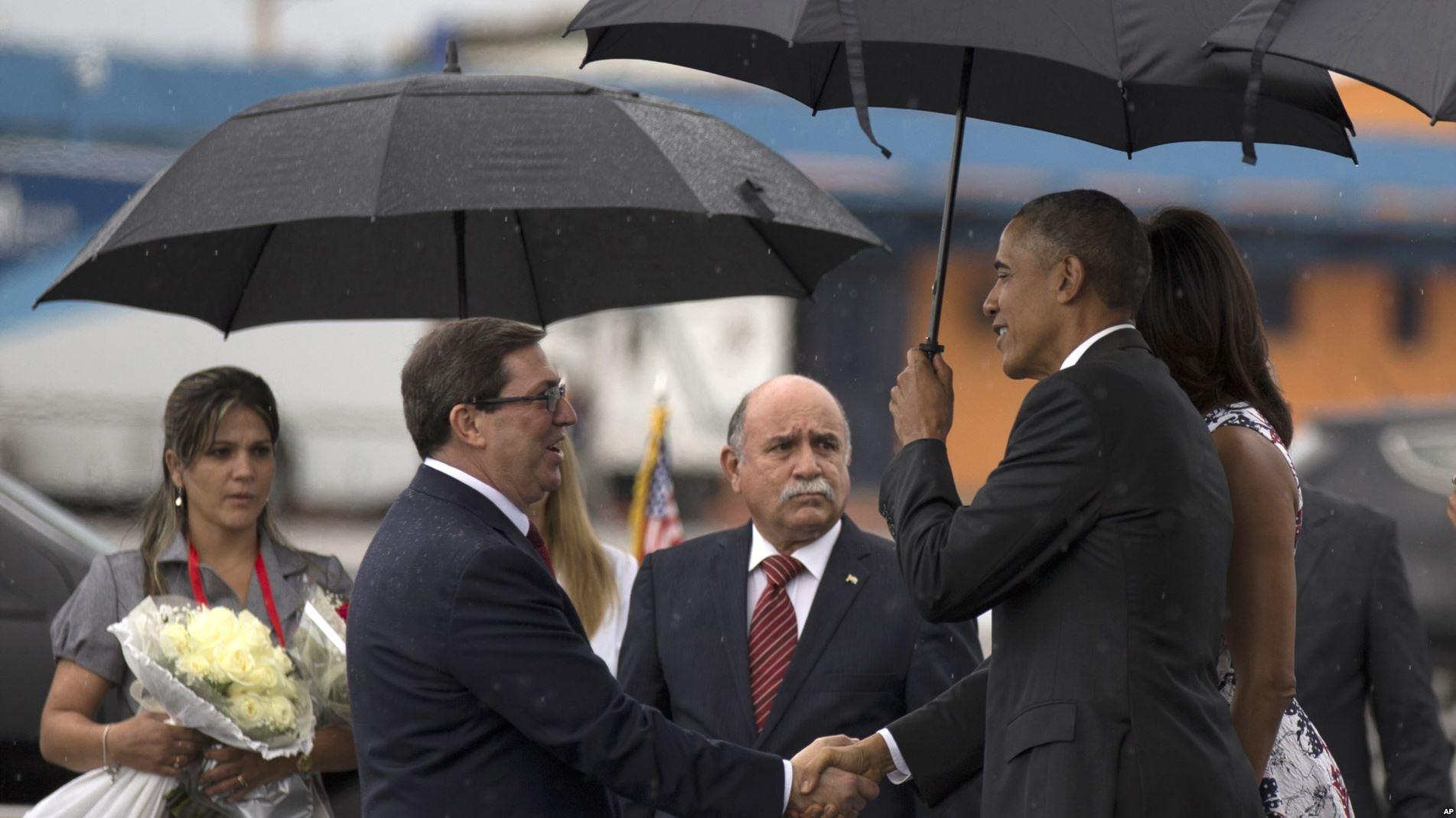 El canciller cubano Bruno Rodríguez saluda al presidente Barack Obama a su llegada a Cuba.