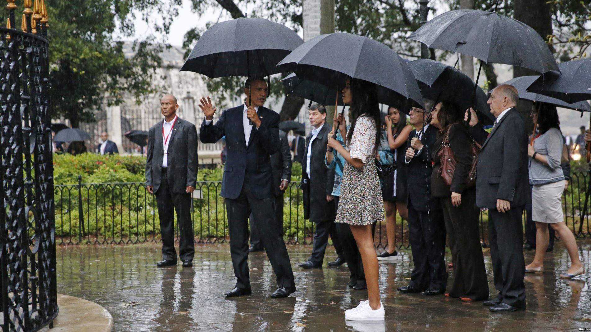 El presidente Obama da explicaciones a sus hijas Malia y Sasha en un recorrido por la Vieja Habana.