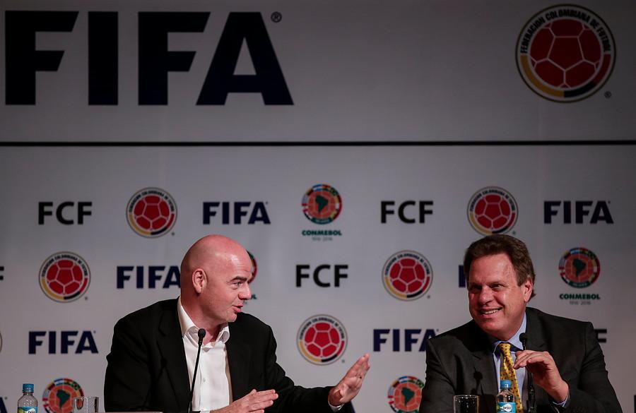 Gianni Infantino, presidente de la FIFA, junto a Ramón Jesurun, presidente de la Federación Colombiana de Fútbol.