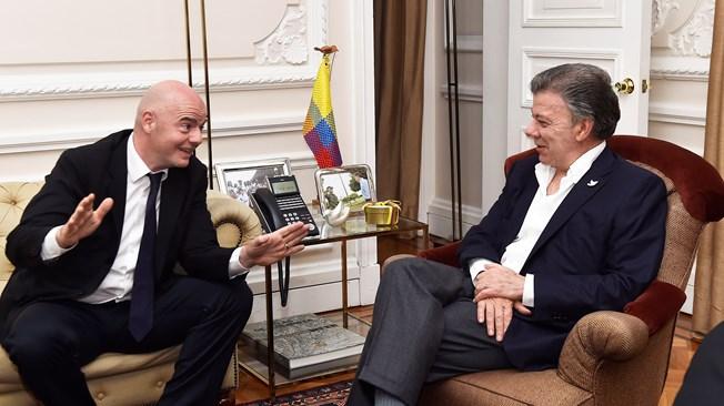 Presidente de FIFA Infantino con el Presidente Santos