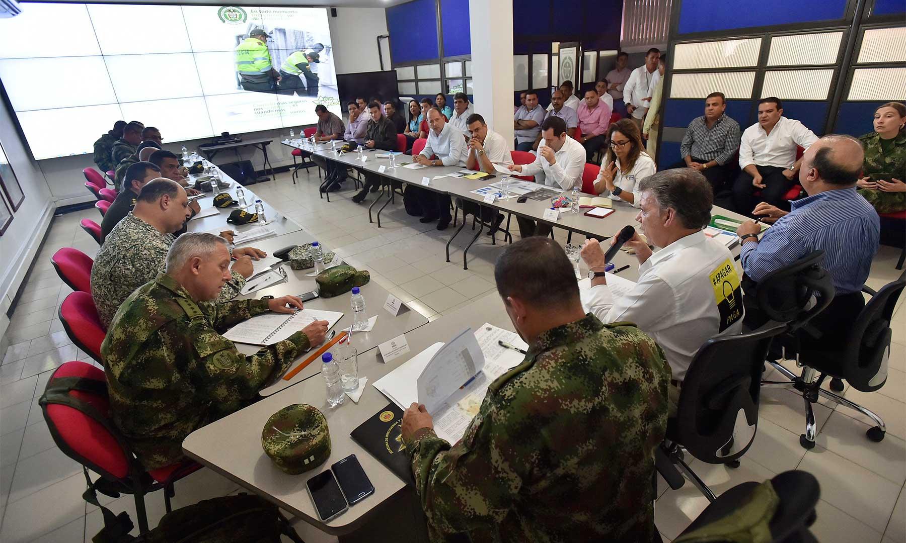 El Presidente Juan Manuel Santos lidera un Consejo de Seguridad en Montería con participación del Ministro de Defensa, altos mandos militares y policiales, alcaldes y gobernador del departamento y el Fiscal General encargado, Jorge Perdomo, entre otros.