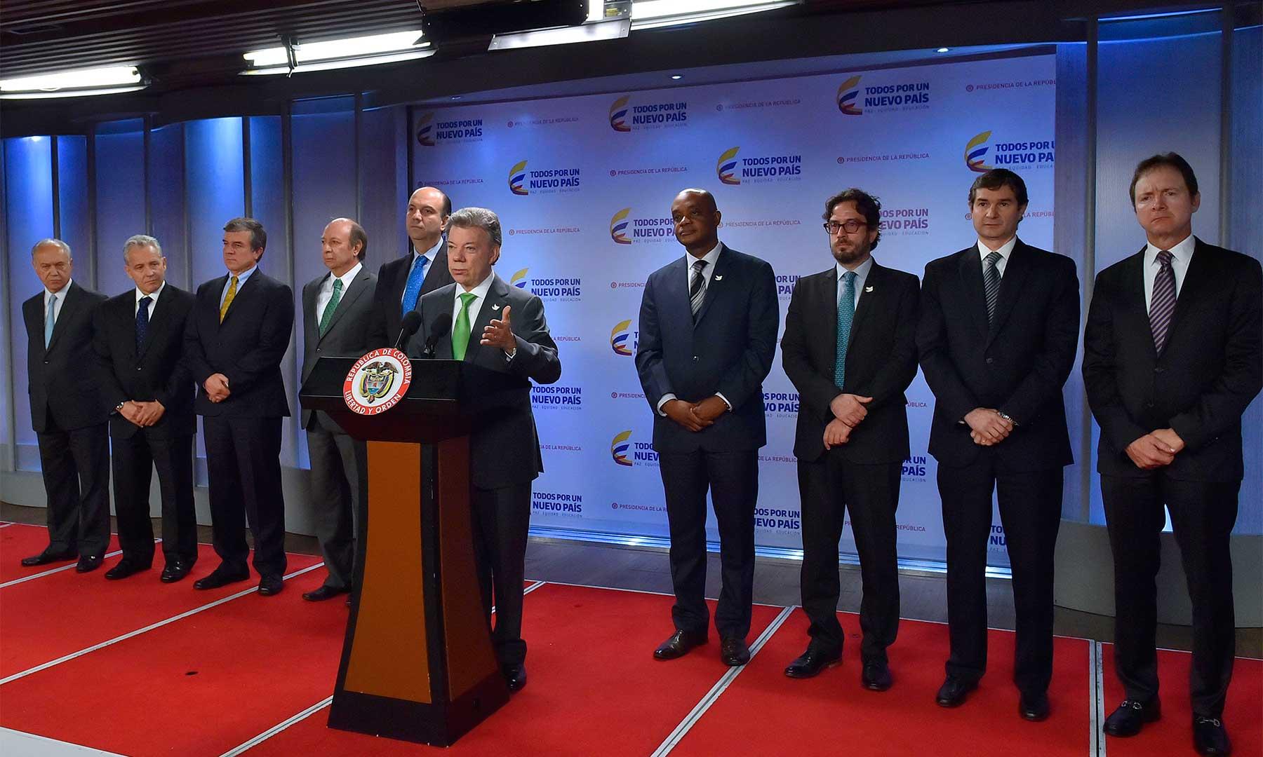"""En el lanzamiento de la campaña """"Reembólsale al Planeta"""", el Presidente Santos, el Ministerio de Ambiente y las grandes cadenas de almacenes pidieron reducir al máximo el uso de bolsas plásticas."""