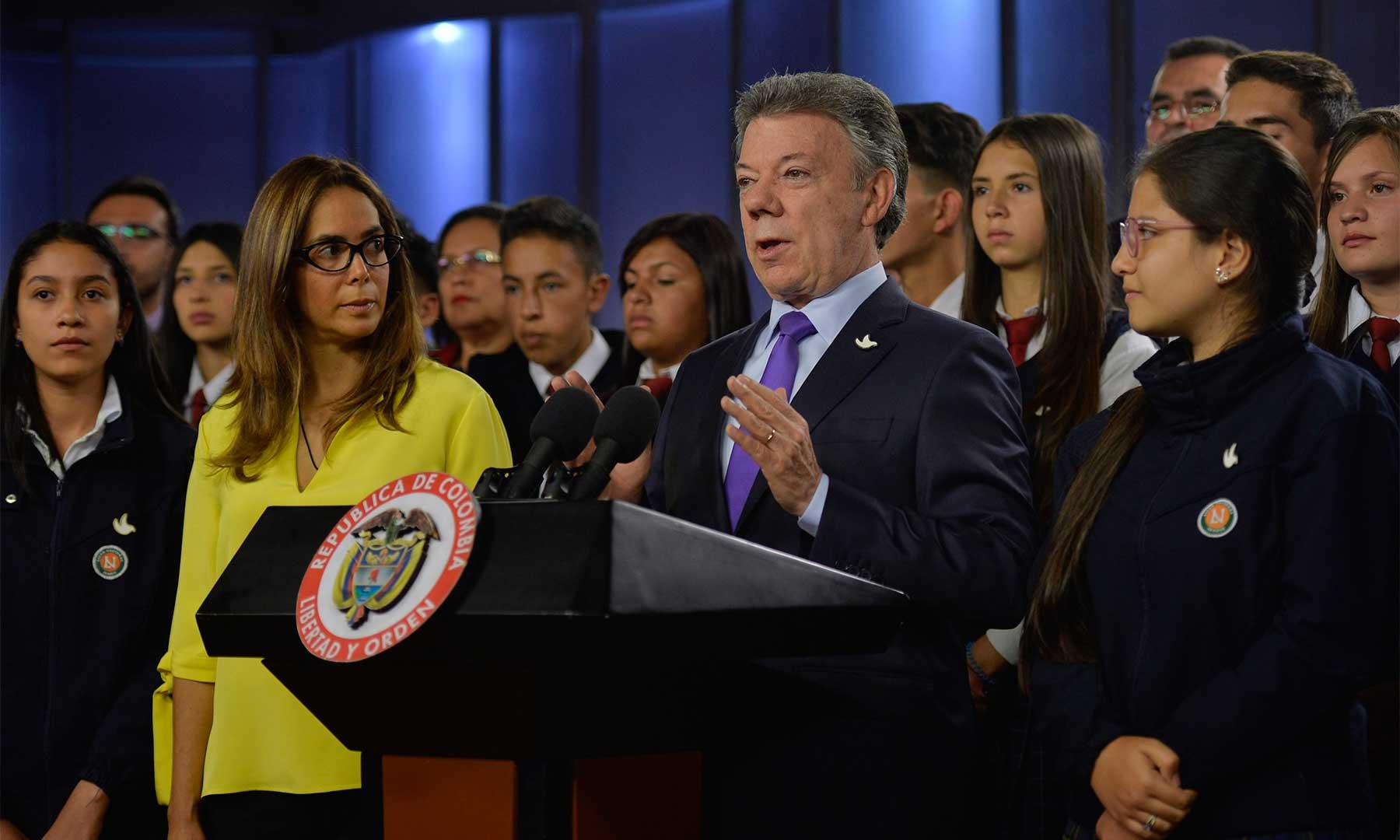 """""""El Programa Colombia Bilingüe va a ayudar muchísimo al objetivo de ser el país mejor educado en América Latina en el 2025"""", dijo el Presidente Santos a estudiantes que irán a los Campos de Inmersión en inglés."""