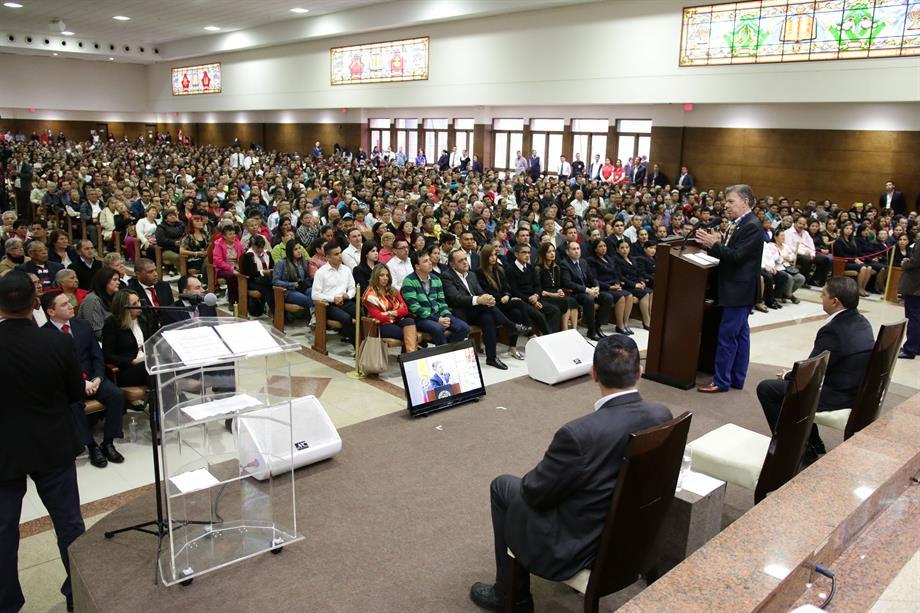 Jefe de Estado durante la entrega de nacionalidad al obispo Agnaldo Lima da Silva directivo de la Iglesia Universal del Reino de Dios en Bogotá.