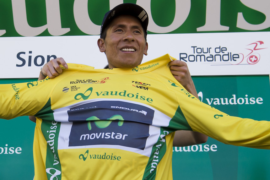 El líder general del Tour de Romandía, Nairo Quintana, festeja en el podio después de la tercera etapa el viernes, 29 de abril de 2016, en Sion, Suiza.  (Jean-Christophe Bott/ Keystone via AP)