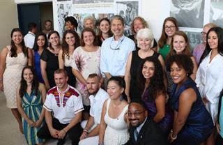 Nuevos voluntarios del Cuerpo de Paz hacen juramento ante el Embajador de los Estados Unidos en Colombia