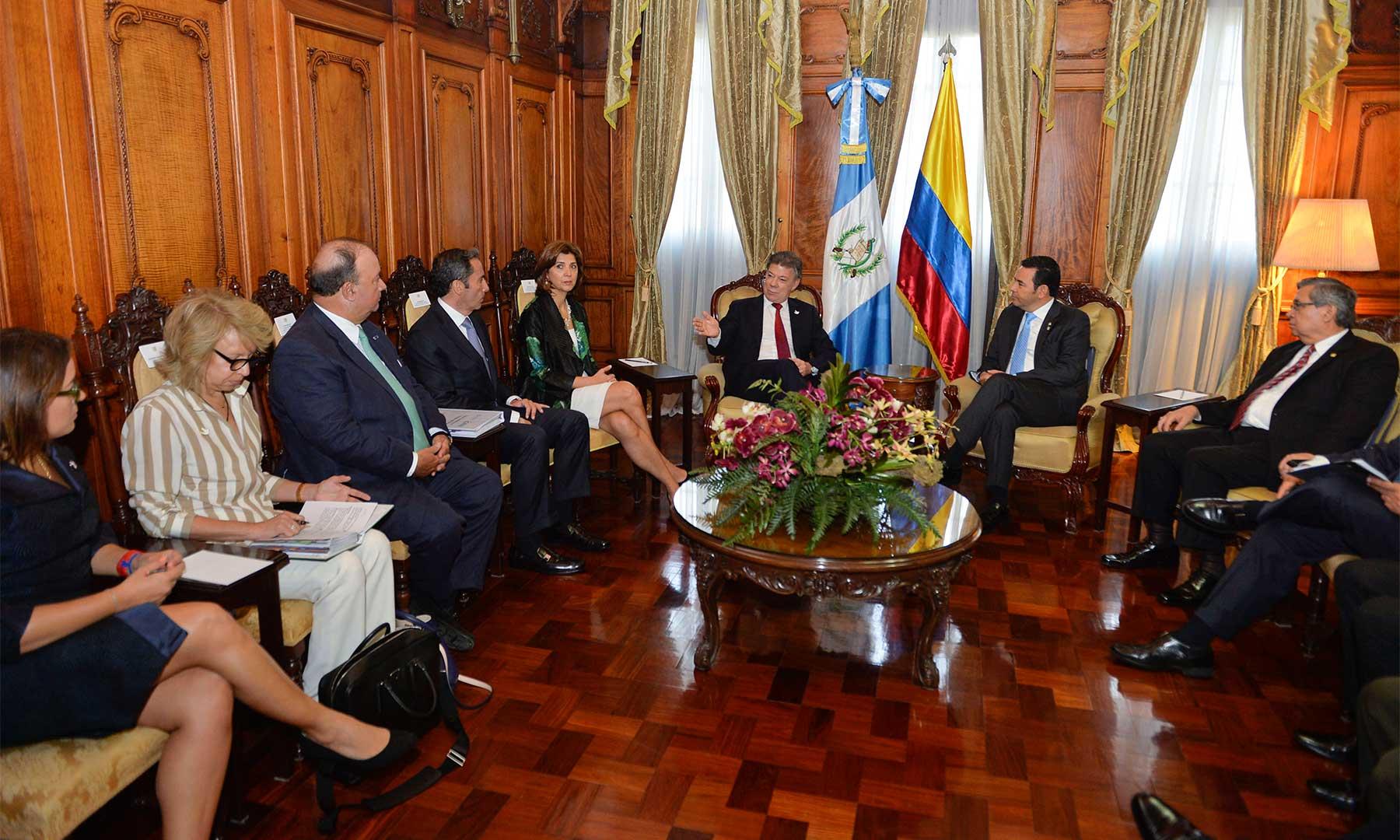 Paz, inversión, comercio y seguridad son algunos de los temas tratados por los presidentes de Colombia y Guatemala, Juan Manuel Santos y Jimmy Morales, junto con sus delegaciones de gobierno, este lunes en Ciudad de Guatemala.