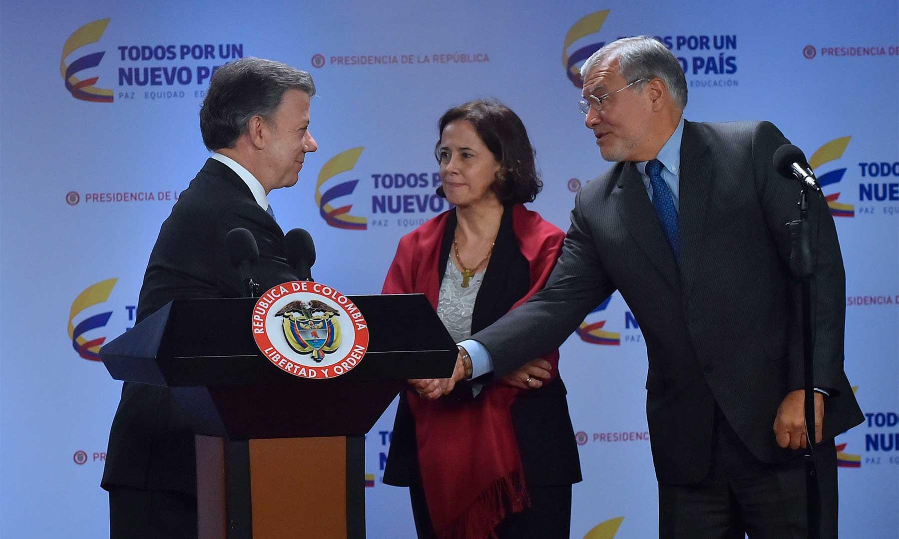 El Presidente Santos saluda a la Presidenta de la Junta Directiva de Transparencia por Colombia, Rosa Ospina, y al Presidente de Transparencia Internacional, José Ugaz.