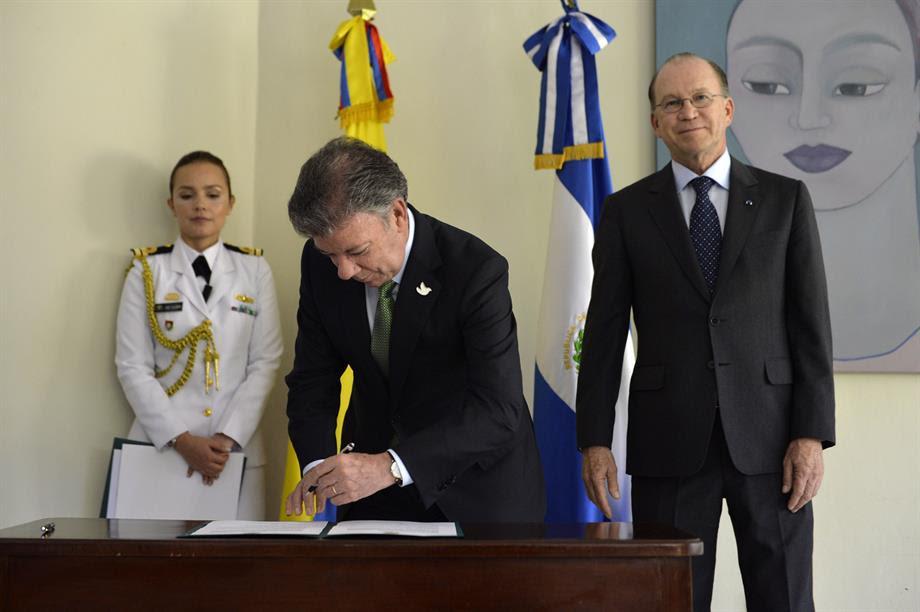 Presidente Santos entregó nacionalidad colombiana a los salvadoreños Ricardo Poma y Celina de Kriete