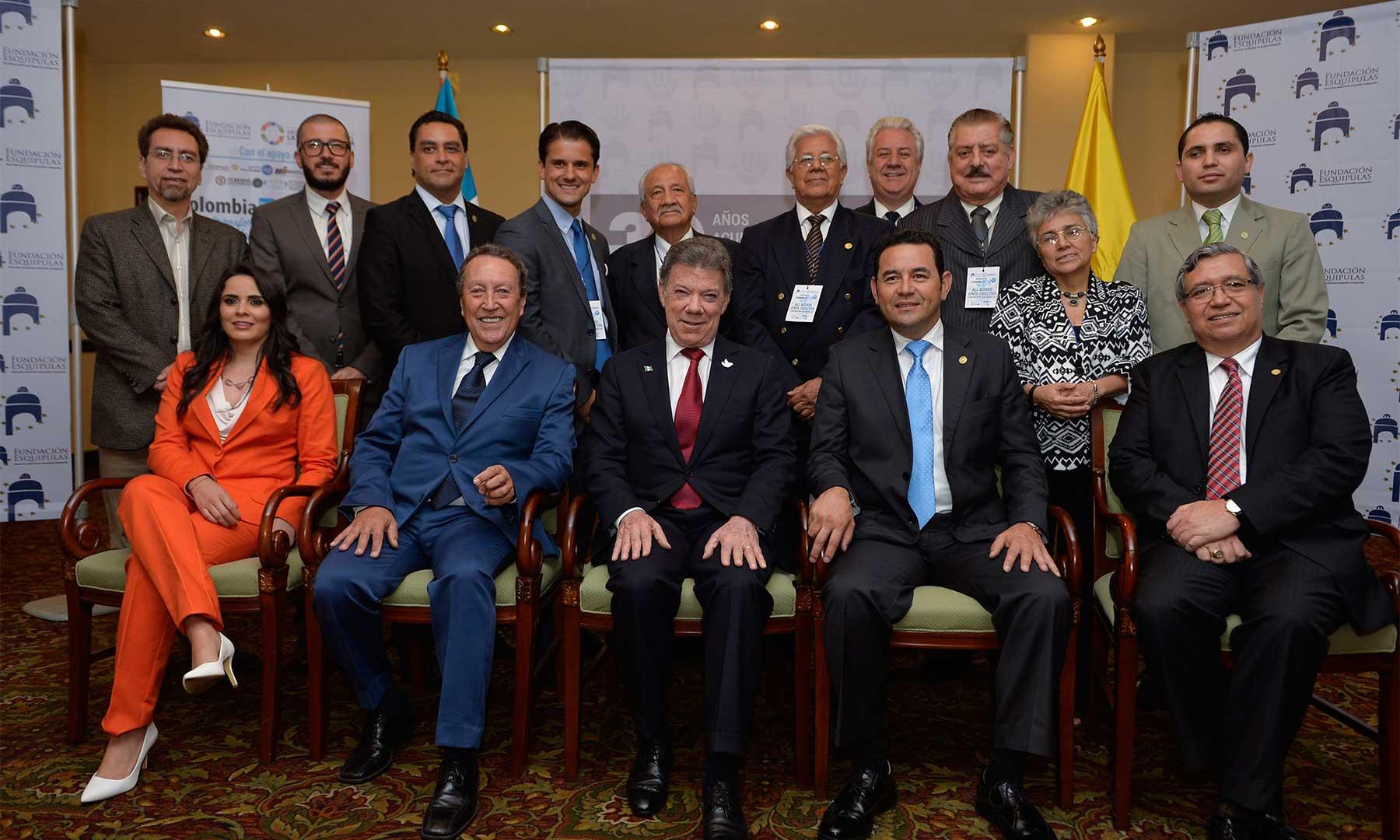El Jefe del Estado colombiano, acompañado por el expresidente guatemalteco Vinicio Cerezo, y por el actual mandatario de Guatemala, Jimmy Morales, poco antes de intervenir en el Foro de Esquipulas 2016
