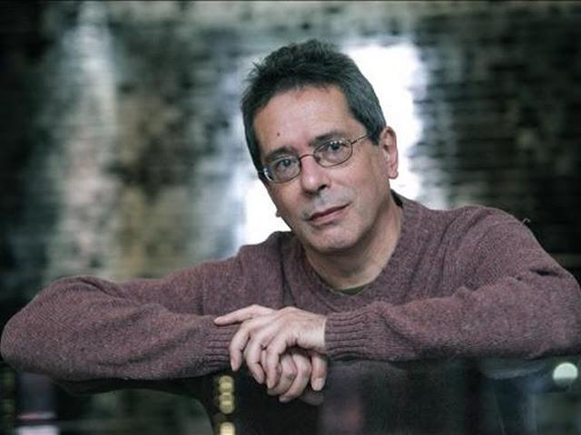 El escritor y traductor argentino César Aira, presenta 'El Santo', finalista del Premio Bienal de Novela Mario Vargas Llosa 2016. Foto: clarin.com