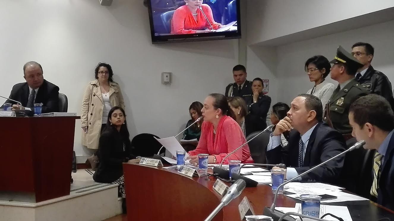 Ana Paola Agudelo en debate con Mindefensa