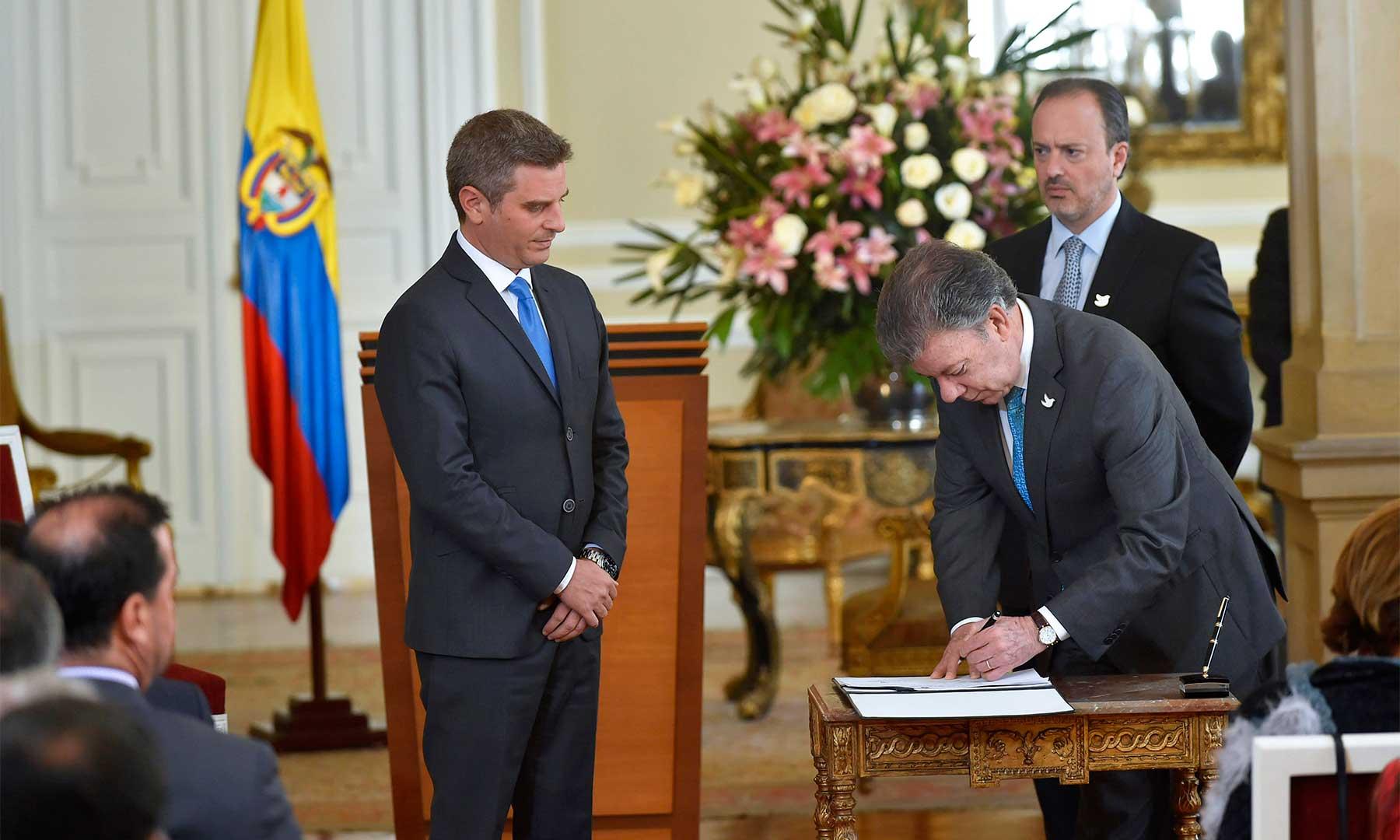 El Presidente Santos firma el acta de posesión de Carlos Eduardo Correa como Alto Consejero para las Regiones, a quien encomendó la tarea de hacer un gran esfuerzo en pedagogía de la paz.