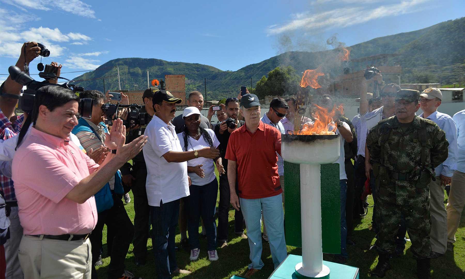La llama olímpica de la paz se encendió durante la inauguración este sábado por parte del Presidente Juan Manuel Santos del Estadio Municipal de la Paz, en Apulo, Cundinamarca.