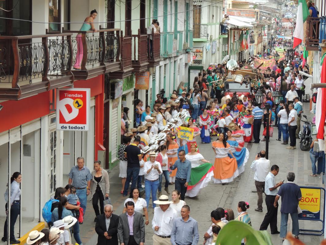 Desfile por las calles de neira representacion del paisaje Cultural Cafetero