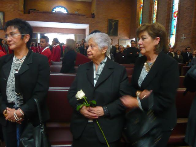 Doña Anita Mancipe -centro- viuda de Soto Aparicio, en la despedida del célebre escritor boyacense. Foto: la Pluma & La Herida